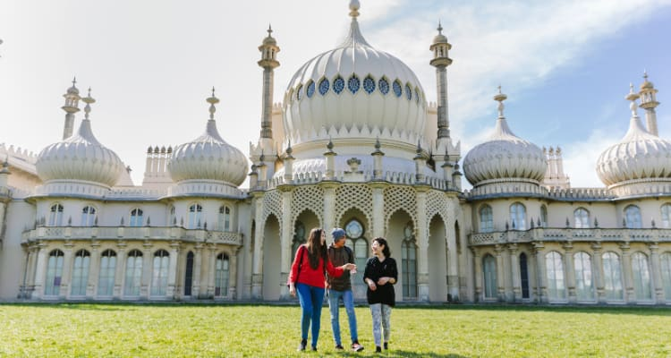 students in front of Brighton Pavilion